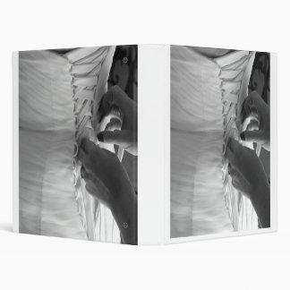 Main femelle laçant vers le haut de la robe de mar