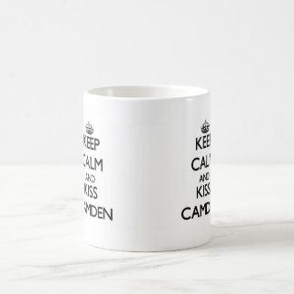 Maintenez calme et baiser Camden Mug Blanc