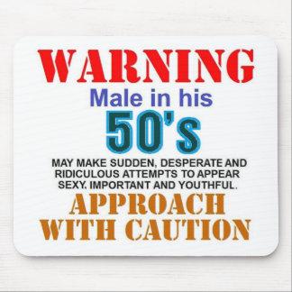 Mâle d avertissement en ses années 50 tapis de souris