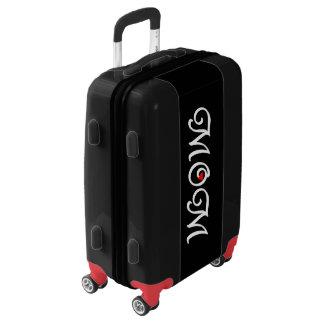 Maman avec un bagage à main de coeur rouge valises
