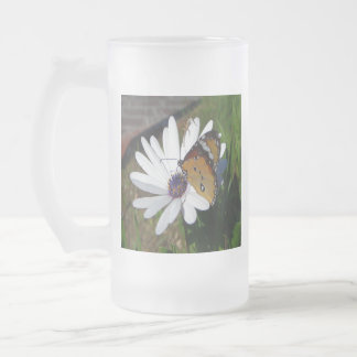 Marguerite blanche et papillon frosted glass beer mug