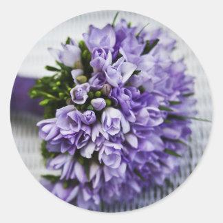 Mariage floral de belles violettes romantiques sticker rond