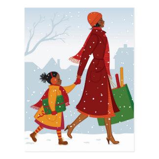 Mère et fille avec le cadeau et le sac à carte postale