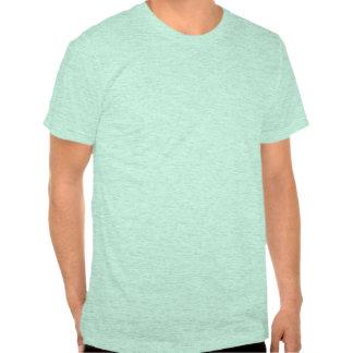 mode de vie botté avec la pointe du pied par trois t-shirts