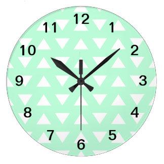 Modèle géométrique vert et blanc en bon état horloges murales