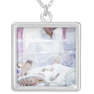 MODÈLE LIBÉRÉ. Infirmière et bébé prématuré Colliers
