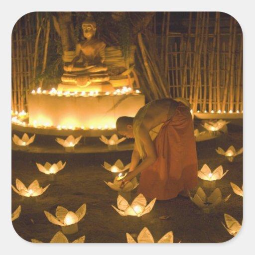 Moines allumant les bougies et les lanternes loy autocollants carrés