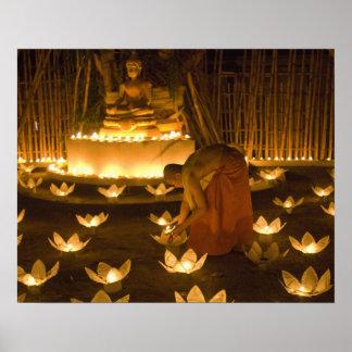 Moines allumant les bougies et les lanternes loy d