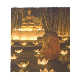 Moines allumant les bougies et les lanternes loy d bloc mémo