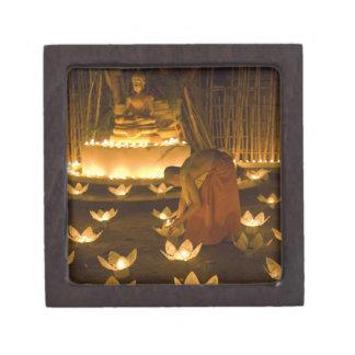Moines allumant les bougies et les lanternes loy d boîtes à bijoux de première qualité