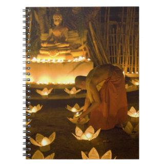 Moines allumant les bougies et les lanternes loy d carnet à spirale