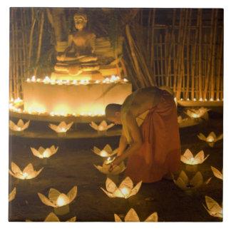 Moines allumant les bougies et les lanternes loy d carreaux