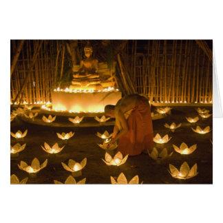 Moines allumant les bougies et les lanternes loy d cartes de vœux