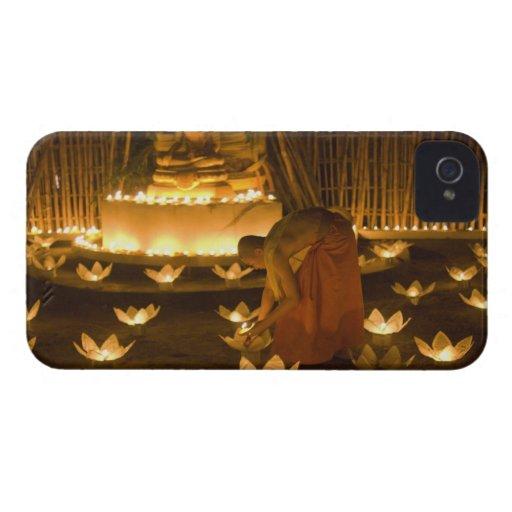 Moines allumant les bougies et les lanternes loy d étuis iPhone 4