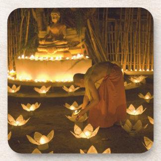 Moines allumant les bougies et les lanternes loy d sous-bock