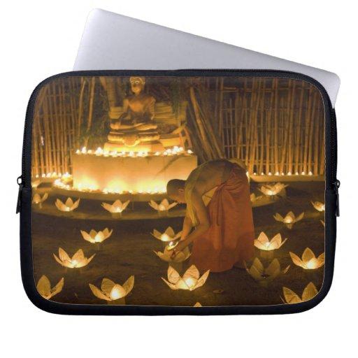 Moines allumant les bougies et les lanternes loy d trousse ordinateur