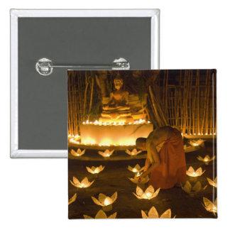 Moines allumant les bougies et les lanternes loy d macaron carré 5 cm