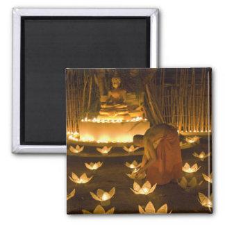 Moines allumant les bougies et les lanternes loy d magnet carré