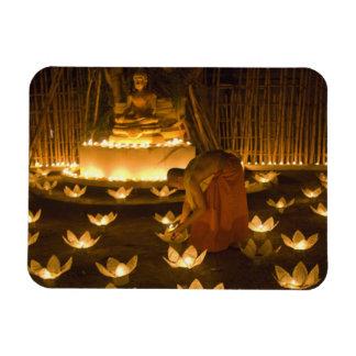 Moines allumant les bougies et les lanternes loy d magnets en vinyle