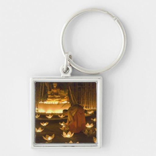 Moines allumant les bougies et les lanternes loy d porte-clés