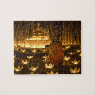 Moines allumant les bougies et les lanternes loy d puzzle