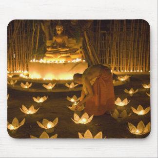 Moines allumant les bougies et les lanternes loy d tapis de souris