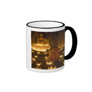 Moines allumant les bougies et les lanternes loy mug ringer