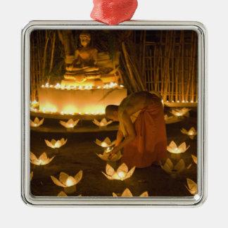 Moines allumant les bougies et les lanternes loy ornement carré argenté