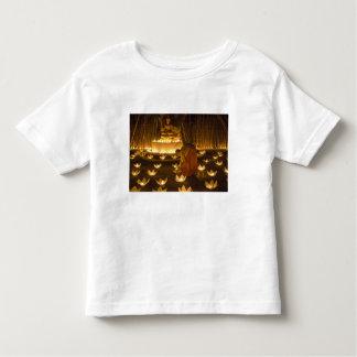 Moines allumant les bougies et les lanternes loy t-shirt pour les tous petits