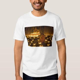 Moines allumant les bougies et les lanternes loy tee-shirt