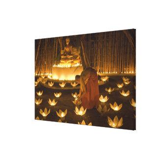 Moines allumant les bougies et les lanternes loy toile tendue