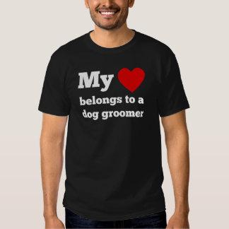 Mon coeur appartient à un Groomer de chien Tshirts