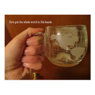 Monde entier dans des ses mains carte postale