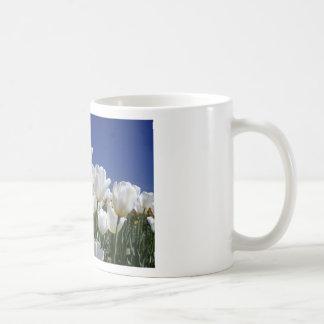 Montagne des tulipes blanches contre un ciel bleu tasse