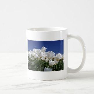Montagne des tulipes blanches contre un ciel bleu tasse à café