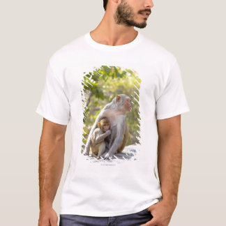 Mother and baby Rhesus Macaque monkeys on wall T-Shirt
