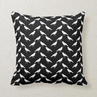 Motif d'oiseau. Corneilles en noir et blanc. Oreiller