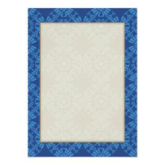 Motif mignon de médaillon de fleur dans le bleu carton d'invitation  13,97 cm x 19,05 cm