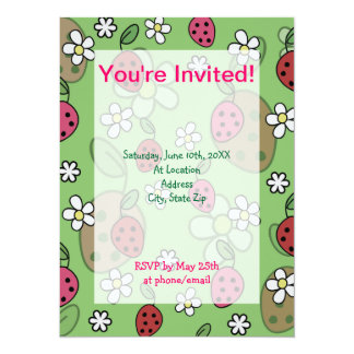 Motif mignon de vert de fraises de bande dessinée cartons d'invitation
