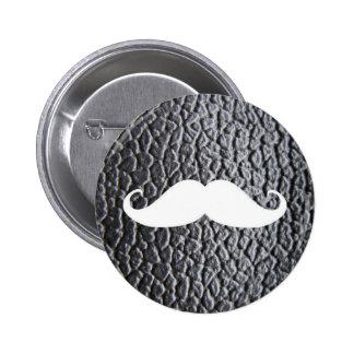 Moustache blanche drôle sur le motif en cuir noir macaron rond 5 cm