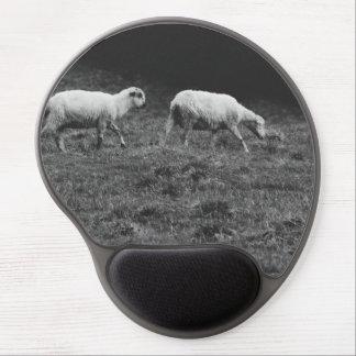 Moutons noirs et blancs dans une photo de pâturage tapis de souris gel