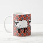 Moutons sur le motif rouge fleuri tasse