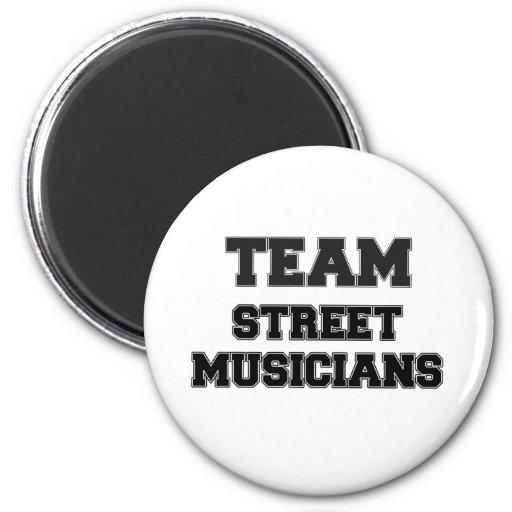 Musiciens de rue d'équipe aimants