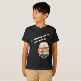 """""""My Mom Plays in the Dirt With Me."""" Kids T-Shirt"""