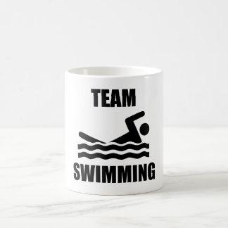 Natation d'équipe mug à café