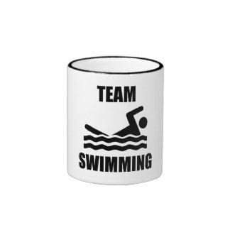 Natation d'équipe tasse