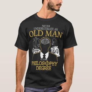 Ne sous-estimez jamais un vieil homme avec la t-shirt