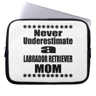 Never Underestimate LABRADOR RETRIEVER Mom Laptop Sleeve