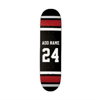 Noir et rouge folâtre le nombre nommé fait sur com plateau de skateboard