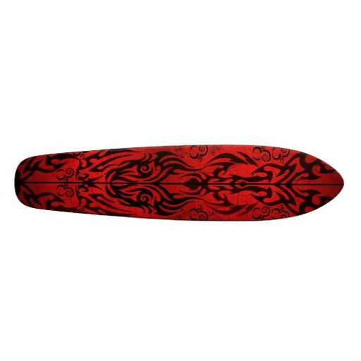 Noir sur la planche à roulettes tribale rouge skateboards customisés